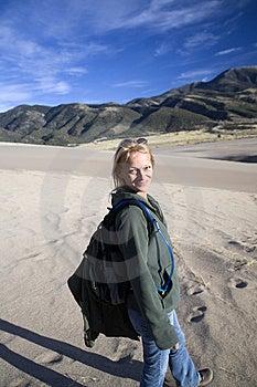 Lächeln, Frau Auf Sand Wandernd Stockfotografie - Bild: 6781132