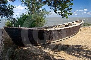 Oude Boot Aan Wal Stock Foto's - Afbeelding: 6887053
