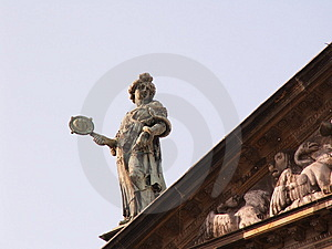 Statue On Roof Free Stock Photography