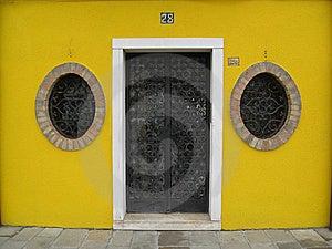 Ventanas Redondas De La Entrada Amarilla Fotos de archivo - Imagen: 7761313