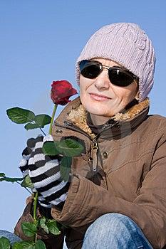 Mujer Con La Rosa Del Rojo Fotografía de archivo - Imagen: 7886252