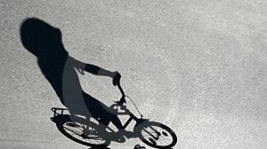 Ombra Del Bambino Su Una Bici Immagini Stock Libere da Diritti - Immagine: 792459