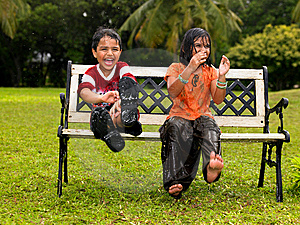 Kids playing in the rain Free Stock Photography