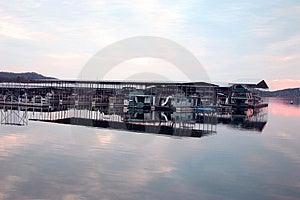 Barcos no por do sol da doca @ Foto de Stock Royalty Free