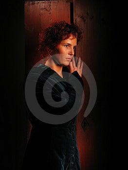 Mulher um fundo escuro pintado com luz. Retrato artístico. Foto de Stock Royalty Free