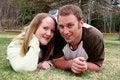 Het jonge Stellen van het Paar in Gras Stock Foto