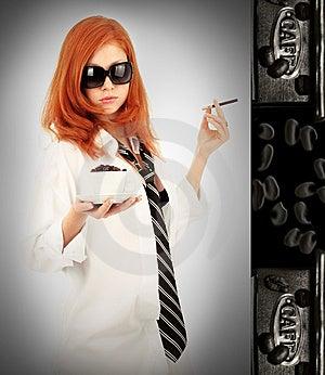 库存图片: 咖啡女孩头发的红色年轻人图片
