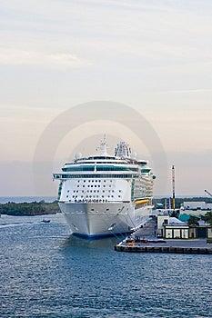 Navio De Cruzeiros Amarrado à Doca Imagem de Stock Royalty Free - Imagem: 8116586