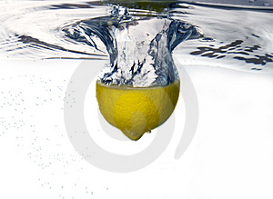 Lemon dropped into water Royalty Free Stock Photos