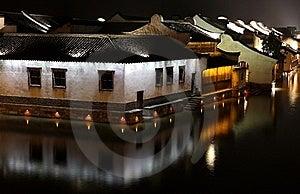 含水晚上的城镇 图库摄影 - 图片: 8203072