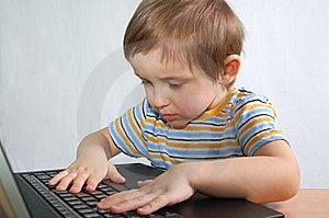 男孩少许笔记本 库存图片 - 图片: 8349751