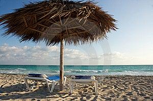 Sillas De Playa Y Cabaña De La Sombra Fotos de archivo - Imagen: 8357683