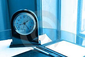 Uhr Und Bleistift Auf Anmerkung Lizenzfreies Stockfoto - Bild: 8408405