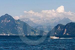 Paisaje Con El Lago, Los Veleros Y Las Montañas Fotos de archivo - Imagen: 8440333