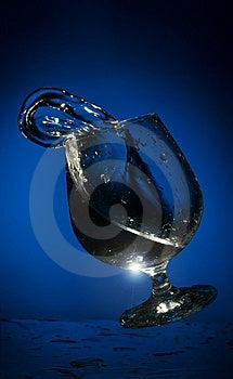 Grote Plons Van Vloeistof In Een Glas Stock Fotografie - Afbeelding: 8444702