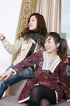 女孩电视二注意年轻人 库存照片 - 图片: 8472170