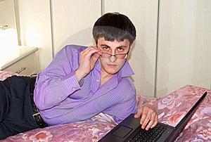 Arbeiten Für Laptop Auf Einem Bett. Stockfotografie - Bild: 8475012
