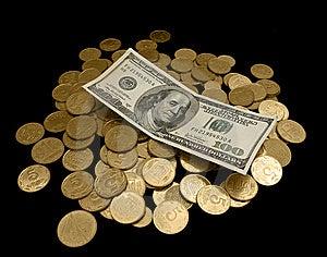 100 Dólares Y Muchas Monedas De Oro Imagen de archivo - Imagen: 8475551