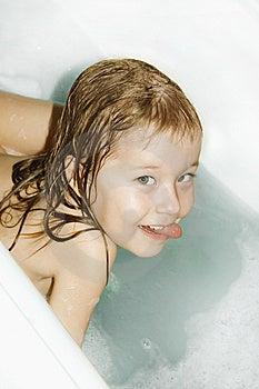 Het kleine meisje baadt in het bad royalty vrije stock foto afbeelding 8486195 for Foto in het bad