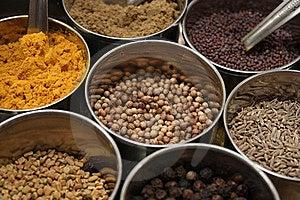 Spezie comunemente usato nella cucina Indiana, Cumino, Curcuma, Semi di Senape, il Garam Masala, il fieno greco e Peperoncino.