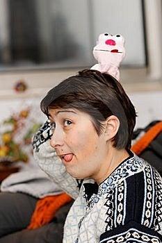 她伸出舌头妇女年轻人 免版税库存图片 - 图片: 8537819