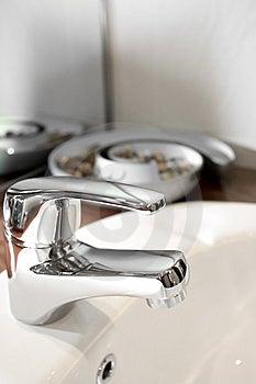 Torneira Da Bacia Com Ornamento Foto de Stock - Imagem: 8622280