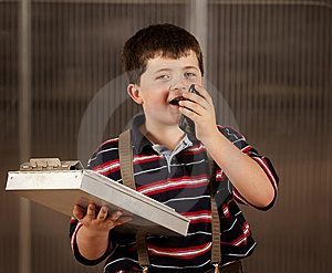 Niño Pequeño En Ropa Adulta En El Teléfono Celular Imagen de archivo libre de regalías - Imagen: 8630066