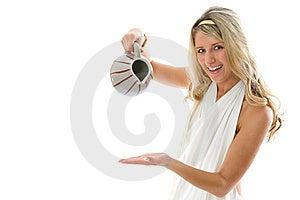Het Jonge Aantrekkelijke Meisje Giet Melk Van Een Kruik Stock Afbeeldingen - Beeld: 8631054