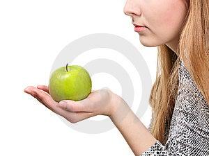Mujer Que Sostiene La Manzana Verde Fresca Fotografía de archivo libre de regalías - Imagen: 8636027
