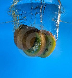 Kiwi Dans L'eau Photo stock - Image: 8637570