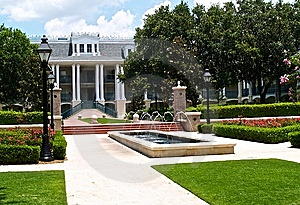 Southern Style Mansion With A Lush Garden Stock Photos - Image: 8654353