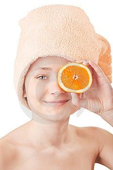Fille Assez Jeune Avec Une Orange Image stock - Image: 8660181