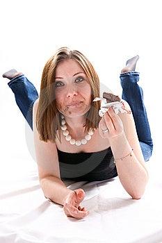 Meisje Die Op Vloer Liggen En Chocolade Eten Stock Foto - Afbeelding: 8662780
