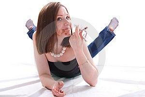 Meisje Die Op Vloer Liggen En Chocolade Eten Stock Foto's - Afbeelding: 8662803