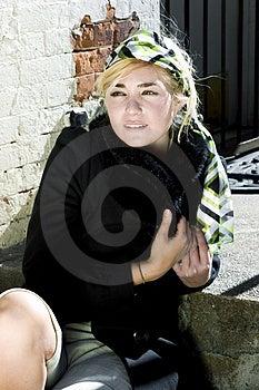 Mujer De Moda Joven Que Se Sienta En El Sun En Un Día Frío Imagen de archivo - Imagen: 892241