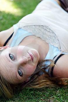 Femme sur l'herbe Photo stock