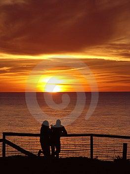 Couple som tycker om solnedgång Royaltyfria Bilder