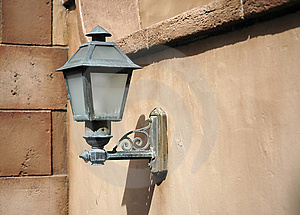 Lightpost in der alten Wand Stockfoto