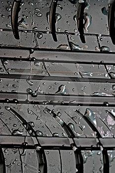 Nahaufnahme Des Autoreifens Mit Mit Wasser Fällt Lizenzfreie Stockbilder - Bild: 9009719