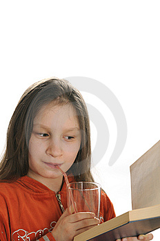 Menina Da Leitura Com Vidro Do Suco Fotos de Stock Royalty Free - Imagem: 9051008