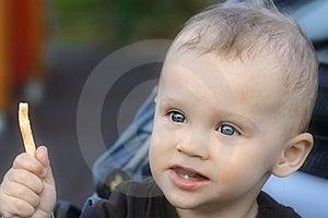Kleiner Junge Ungefähr, Zum Eines Kartoffelchips Zu Essen Stockfotografie - Bild: 9054462