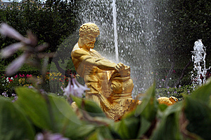 Fontana Nel Giardino Di Petrodvoretz Immagine Stock - Immagine: 9073341