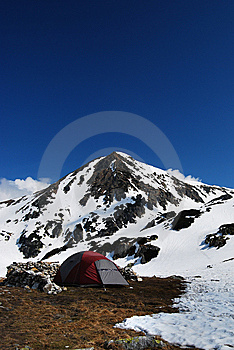 Camper En Montagnes Photo stock - Image: 9301310