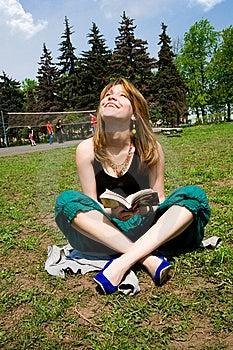 新书俏丽的读取的妇女 库存图片 - 图片: 9345914