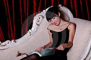 азиатское чтение девушки Стоковая Фотография - изображение: 9363602