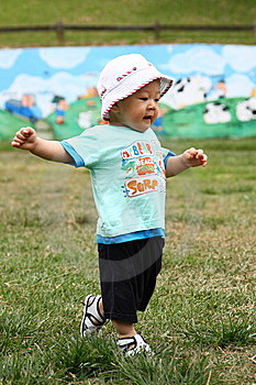 Kleinkindgehen Lizenzfreies Stockfoto - Bild: 9409325