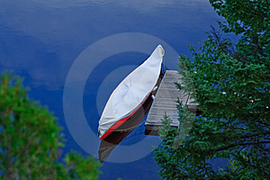 Canoe On A Lake Royalty Free Stock Photos - Image: 9587608