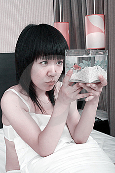 Muchacha Asiática Con Su Goldfish Imagenes de archivo - Imagen: 9770924