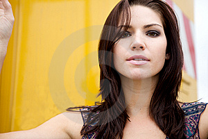 Menina Nervosa Com Backround Amarelo Imagem de Stock - Imagem: 9889061
