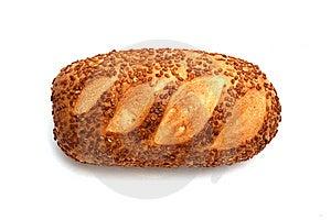 Pagnotta di pane isolato su bianco.